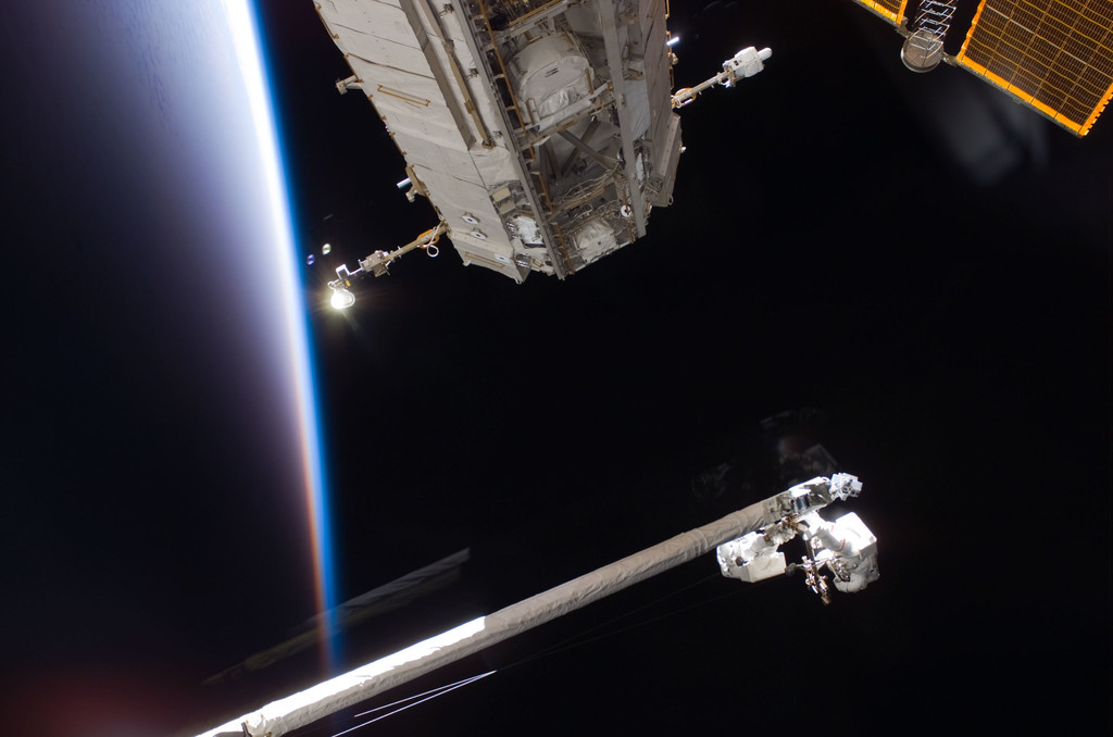 S121E06040 - STS-121 - Fossum and Sellers on the OBSS during EVA1 on STS-121 / Expedition 13 joint operations