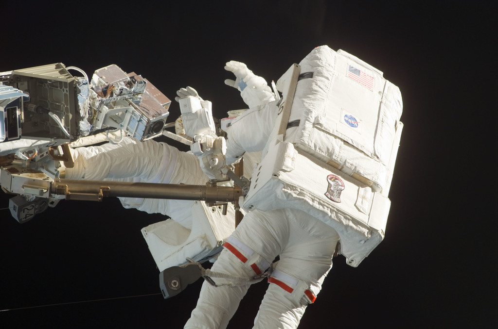 S121E06054 - STS-121 - Fossum and Sellers on the OBSS during EVA1 on STS-121 / Expedition 13 joint operations
