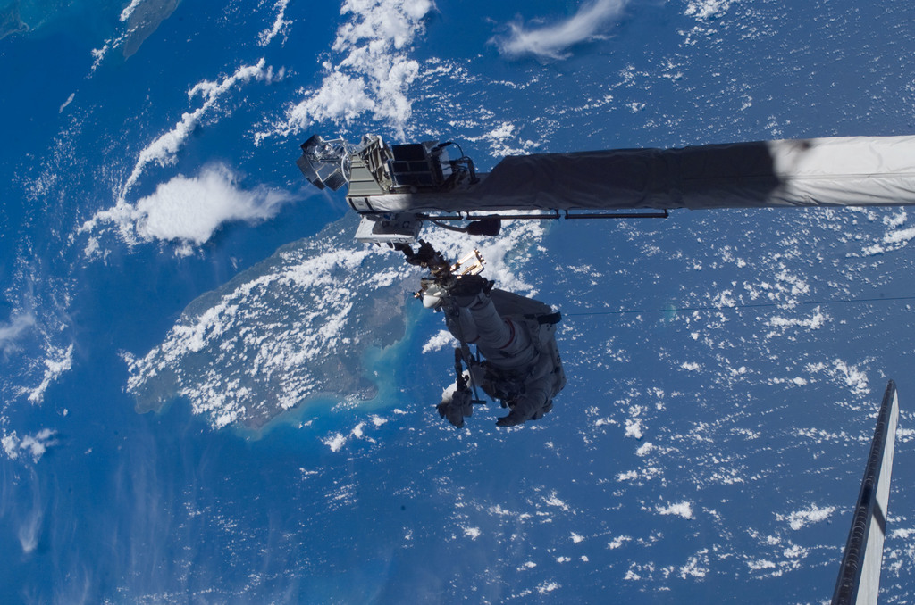 S121E06366 - STS-121 - Sellers on RMS/OBSS for Position 1 Evaluation on EVA1 during STS-121 / Expedition 13 joint operations