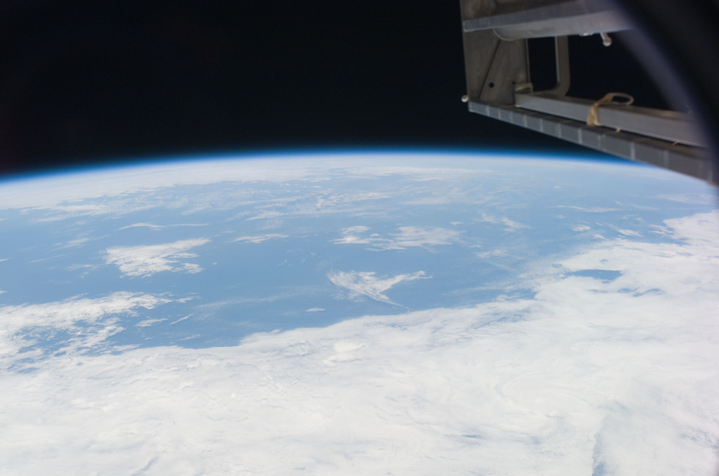 S121E07029 - STS-121 - View of the Earth limb taken during STS-121 / Expedition 13 joint operations