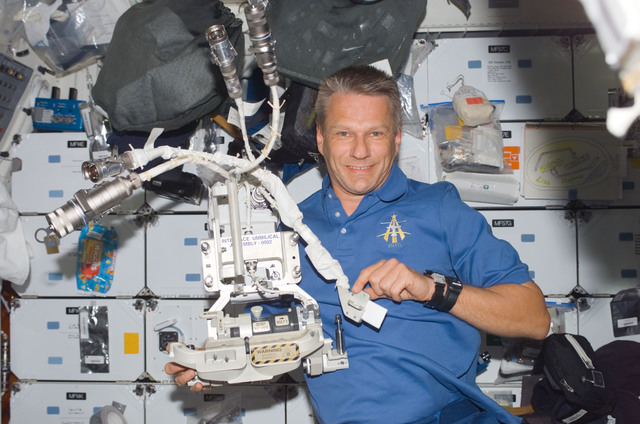 S121E07084 - STS-121 - Piers holds up an IUA removed during EVA 2 during STS-121 / Expedition 13 joint operations.