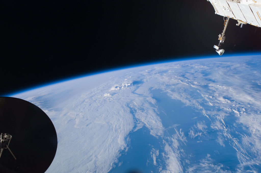 S121E07370 - STS-121 - Earth limb view taken during STS-121 / Expedition 13 joint operations