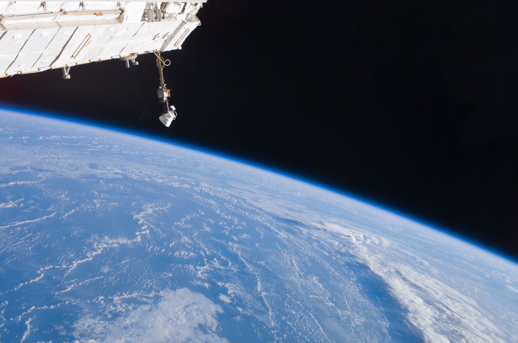 S121E07371 - STS-121 - Earth limb view taken during STS-121 / Expedition 13 joint operations