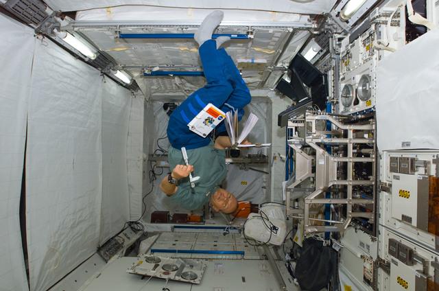 S122E008906 - STS-122 - Schlegel in Columbus