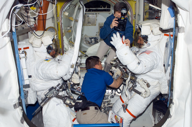 S123E006438 - STS-123 - Whitson takes photo of EMU gloves after EVA 2 in the A/L during Joint Operations