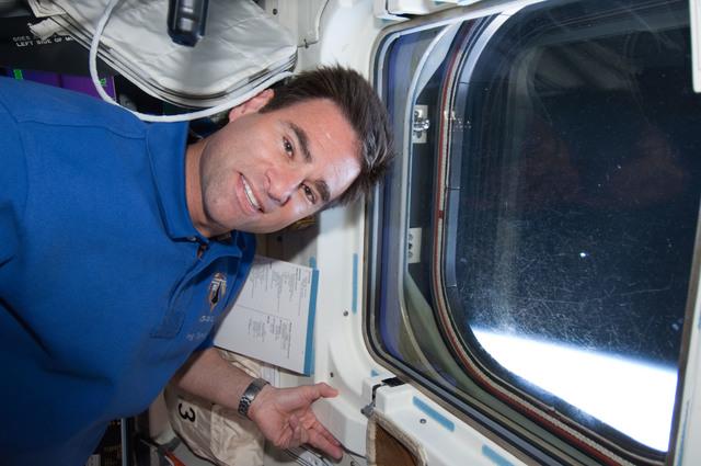 S124E005668 - STS-124 - Chamitoff on flight deck