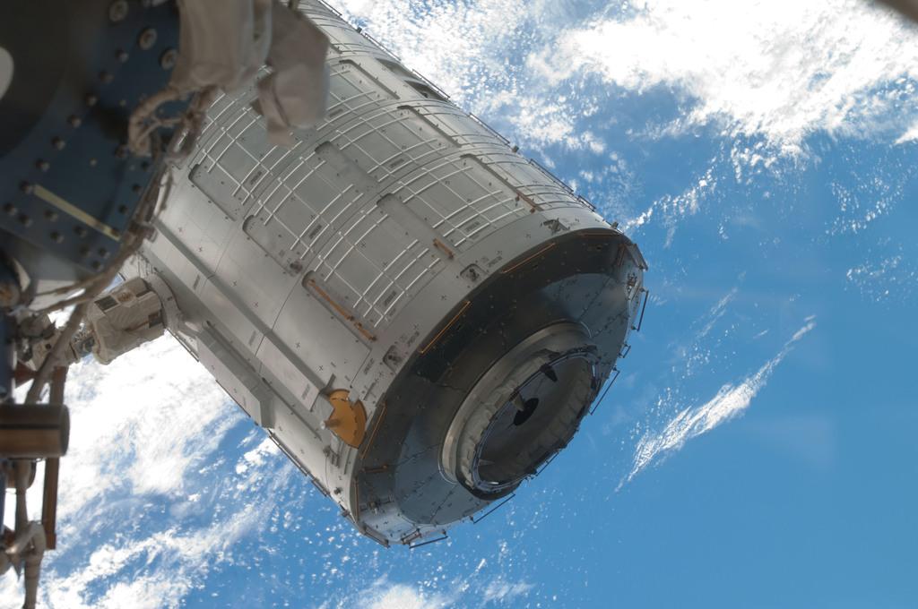 S124E006082 - STS-124 - EVA 1 - Kibo moving from PLB