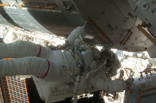 S124E006400 - STS-124 - STS-124 EVA 2 Fossum Translation