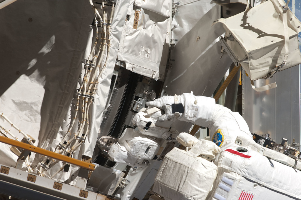 S124E006413 - STS-124 - STS-124 EVA 2 GAT P3/P4 Truss SARJ Inspection