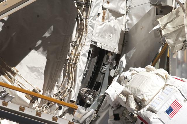 S124E006417 - STS-124 - STS-124 EVA 2 GAT P3/P4 Truss SARJ Inspection