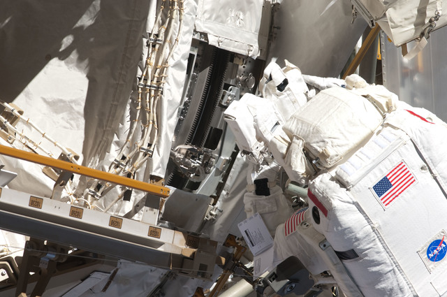 S124E006420 - STS-124 - STS-124 EVA 2 GAT P3/P4 Truss SARJ Inspection