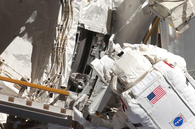 S124E006422 - STS-124 - STS-124 EVA 2 GAT P3/P4 Truss SARJ Inspection