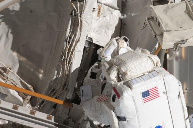 S124E006447 - STS-124 - STS-124 EVA 2 GAT P3/P4 Truss SARJ Inspection