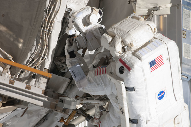 S124E006448 - STS-124 - STS-124 EVA 2 GAT P3/P4 Truss SARJ Inspection