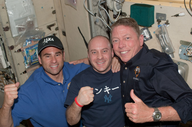 S124E006704 - STS-124 - Chamitoff,Reisman and Fossum in SM