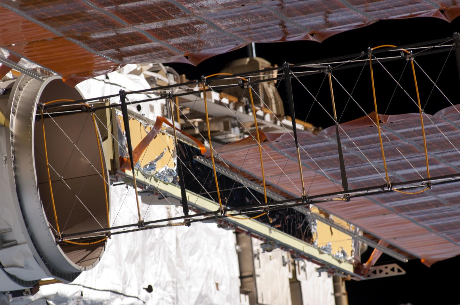 S124E008391 - STS-124 - P4 Truss  SAW