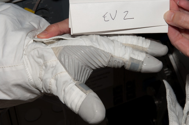 S125E007195 - STS-125 - Glove Inspection Images taken after EVA1