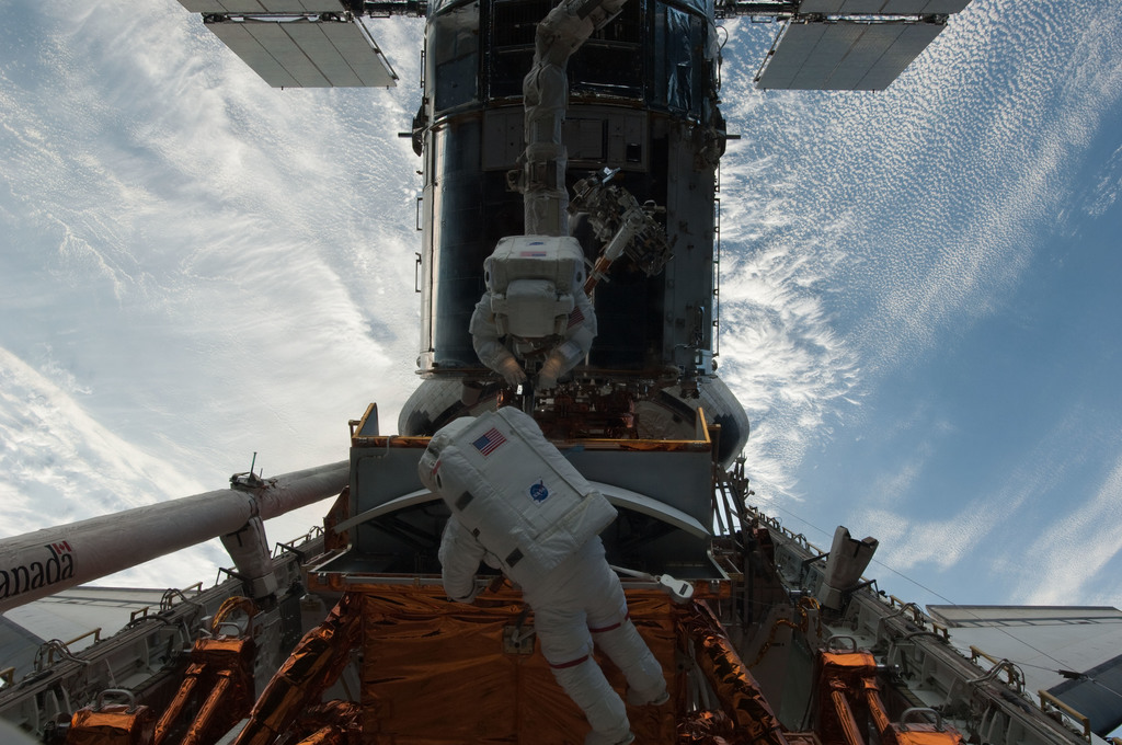 S125E007392 - STS-125 - STS-125 MS5 Feustel and MS3 Grunsfeld during EVA1
