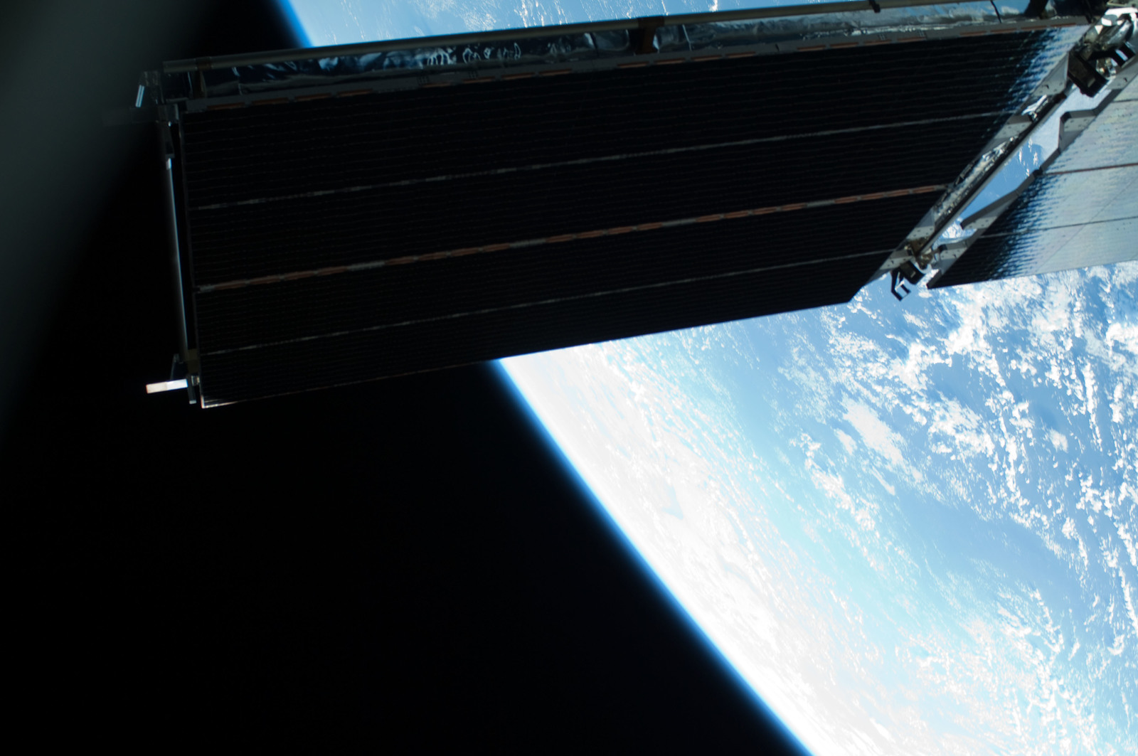 S125E007437 - STS-125 - View of the Earth and the HST taken during EVA1