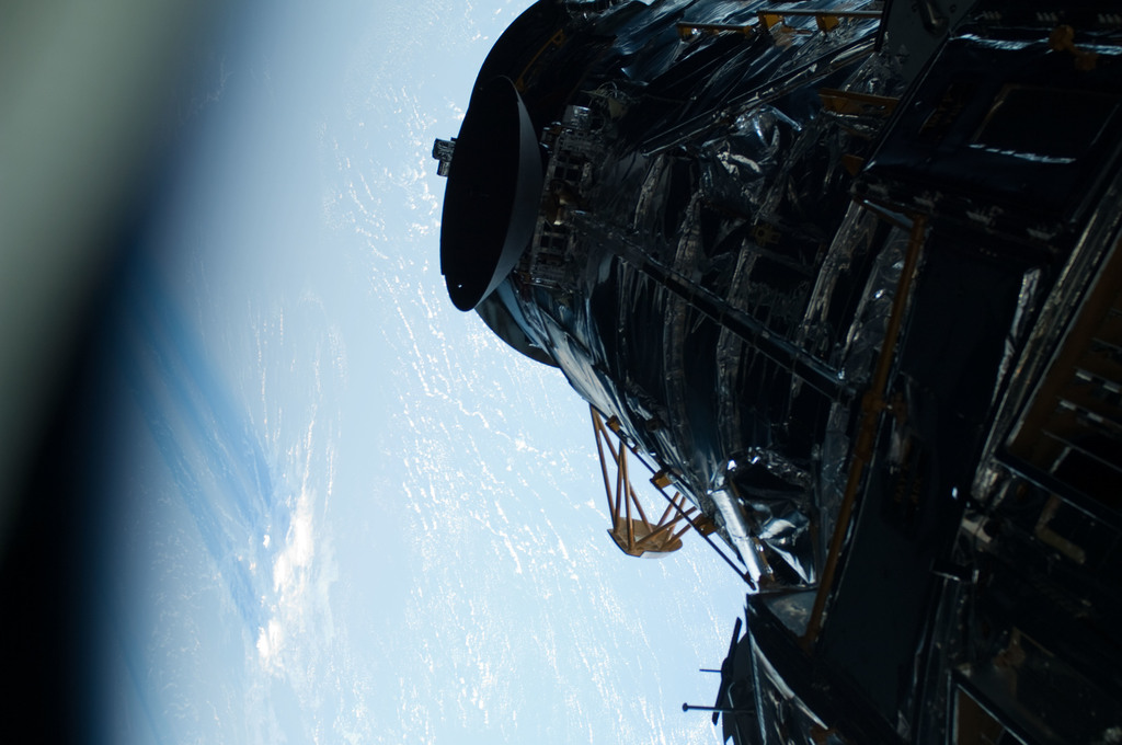 S125E007440 - STS-125 - View of the Earth and the HST taken during EVA1