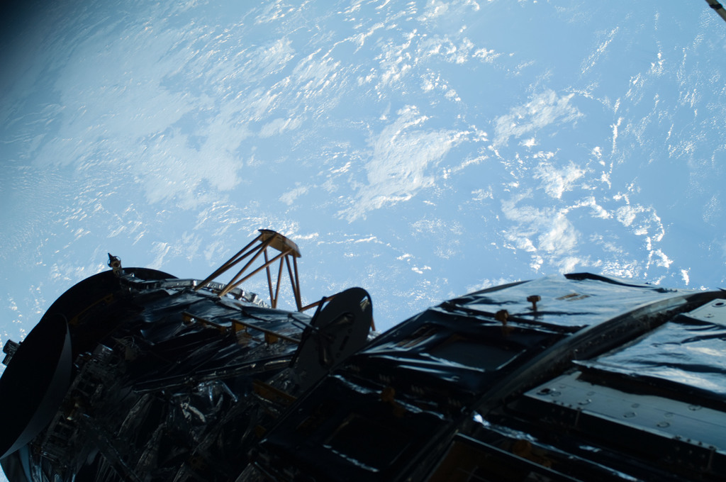 S125E007443 - STS-125 - View of the Earth and the HST taken during EVA1