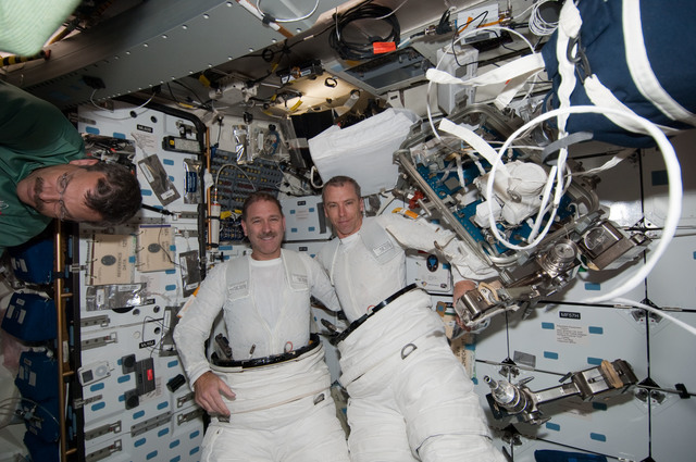 S125E008023 - STS-125 - STS-125 MS3 Grunsfeld and MS5 Feustel in the MDDK after EVA3