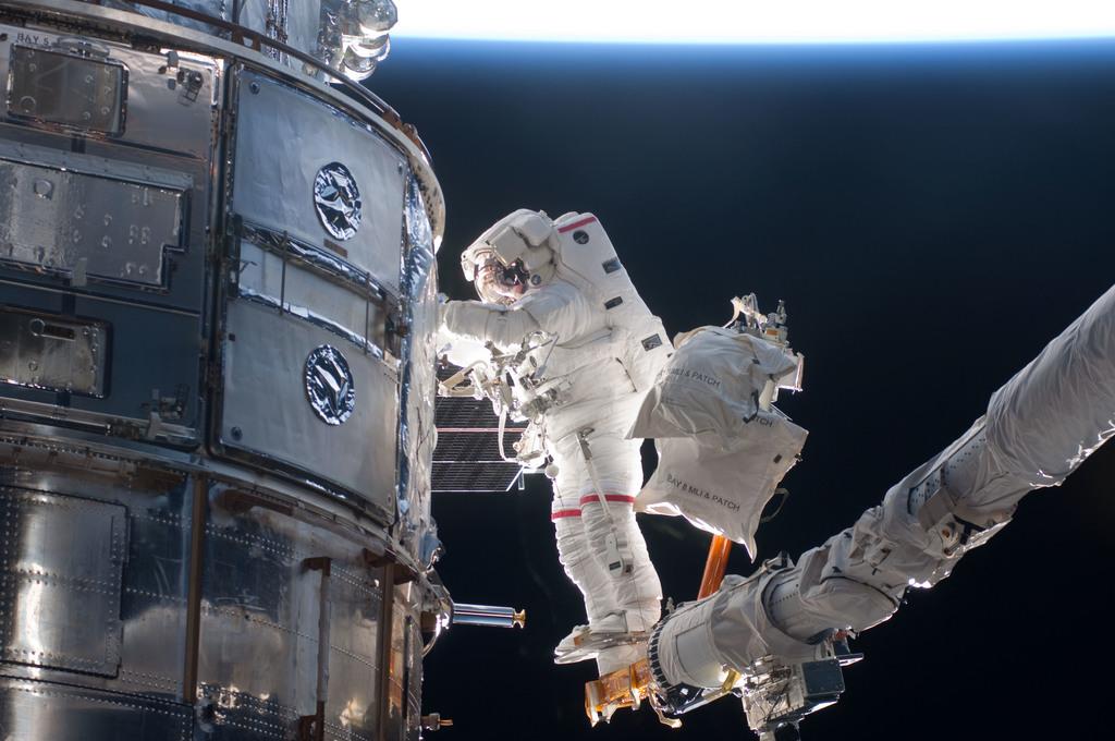 S125E011714 - STS-125 - STS-125 MS3 Grunsfeld during EVA5