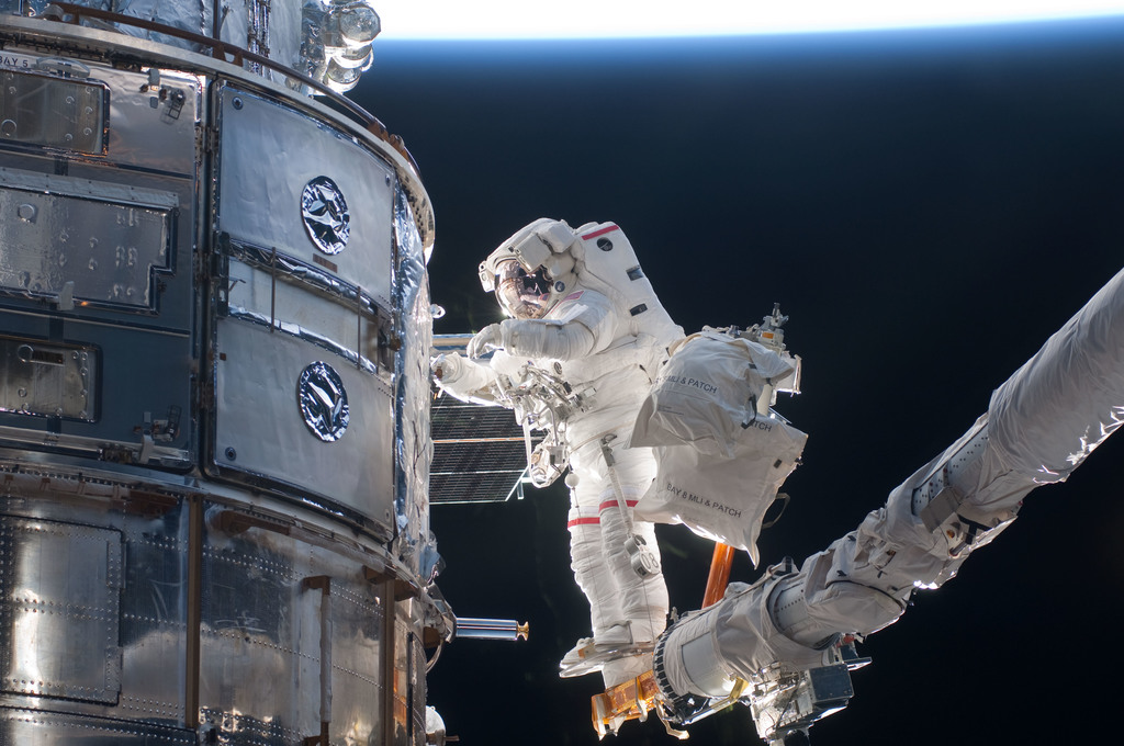 S125E011716 - STS-125 - STS-125 MS3 Grunsfeld during EVA5