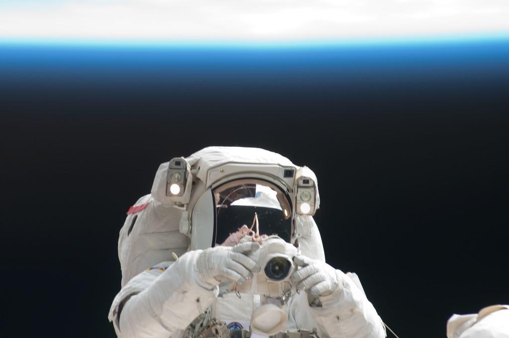 S125E011735 - STS-125 - STS-125 MS3 Grunsfeld during EVA5
