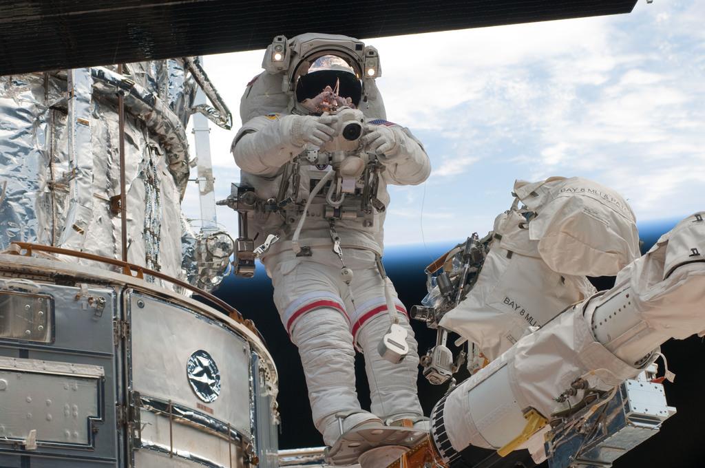 S125E011738 - STS-125 - STS-125 MS3 Grunsfeld during EVA5