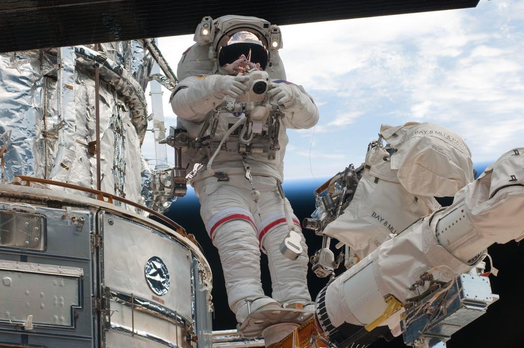S125E011741 - STS-125 - STS-125 MS3 Grunsfeld during EVA5