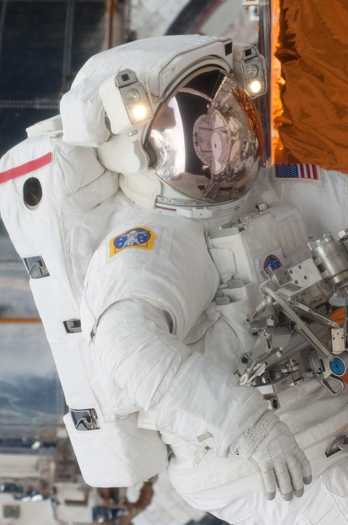 S125E011753 - STS-125 - STS-125 MS3 Grunsfeld during EVA5