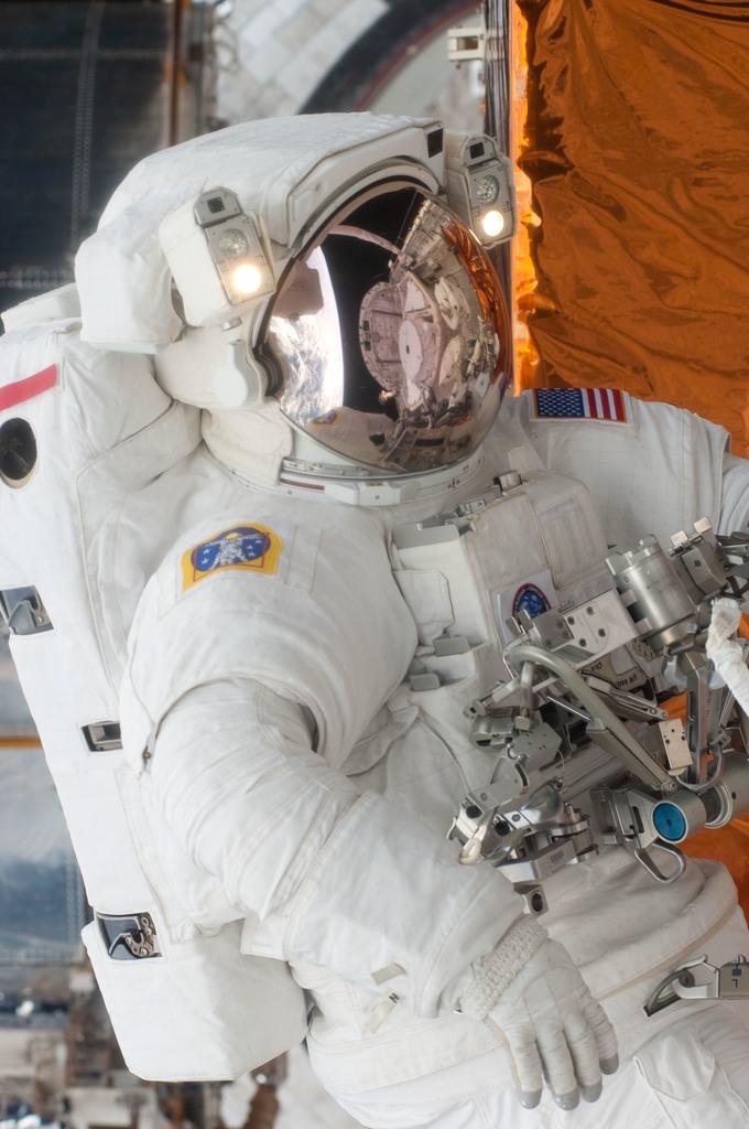 S125E011754 - STS-125 - STS-125 MS3 Grunsfeld during EVA5