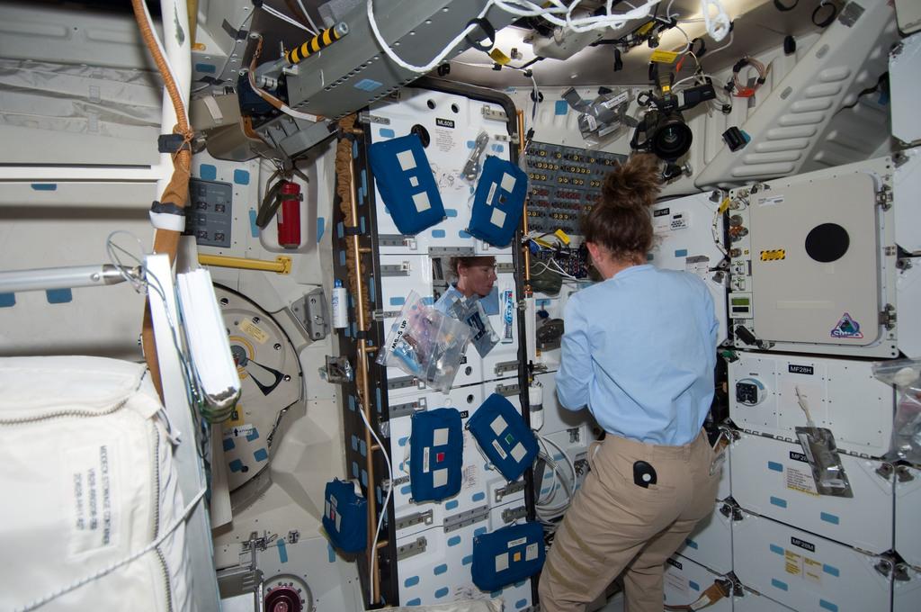 S126E007523 - STS-126 - Magnus on MDDK