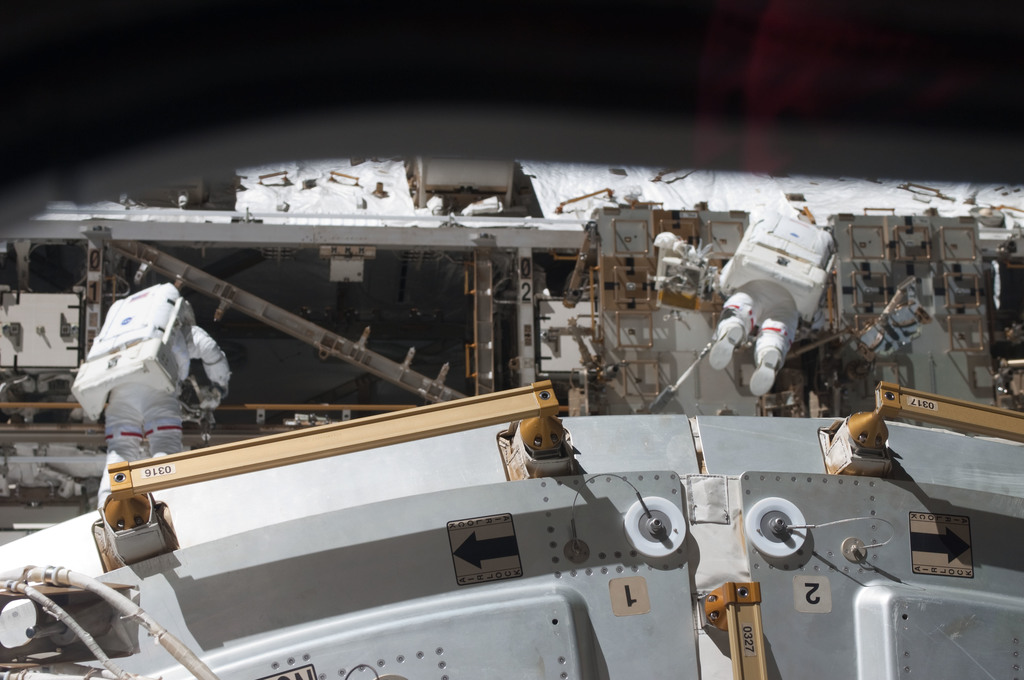 S126E008319 - STS-126 - Stefanyshyn-Piper and Kimbrough during EVA 2