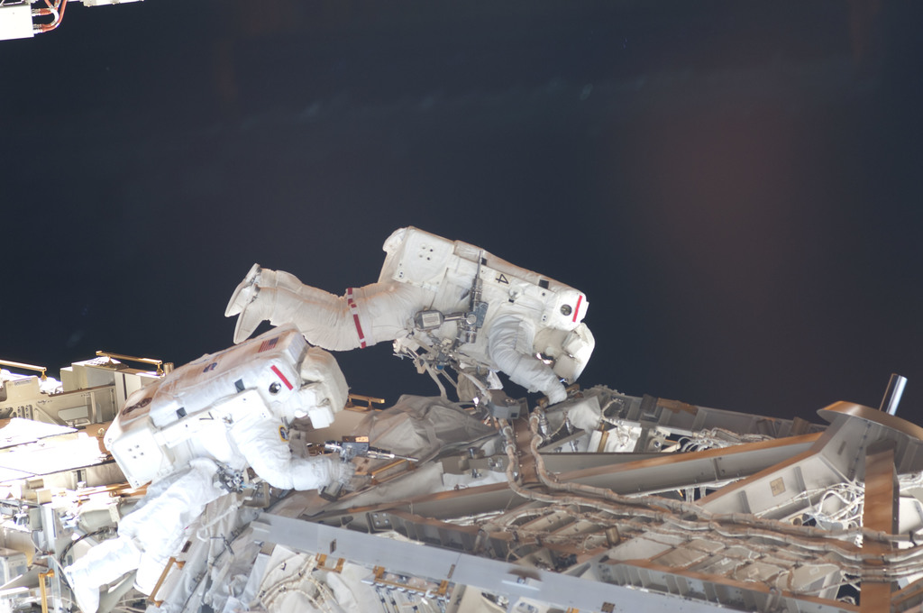 S126E008349 - STS-126 - Stefanyshyn-Piper and Kimbrough during EVA 2