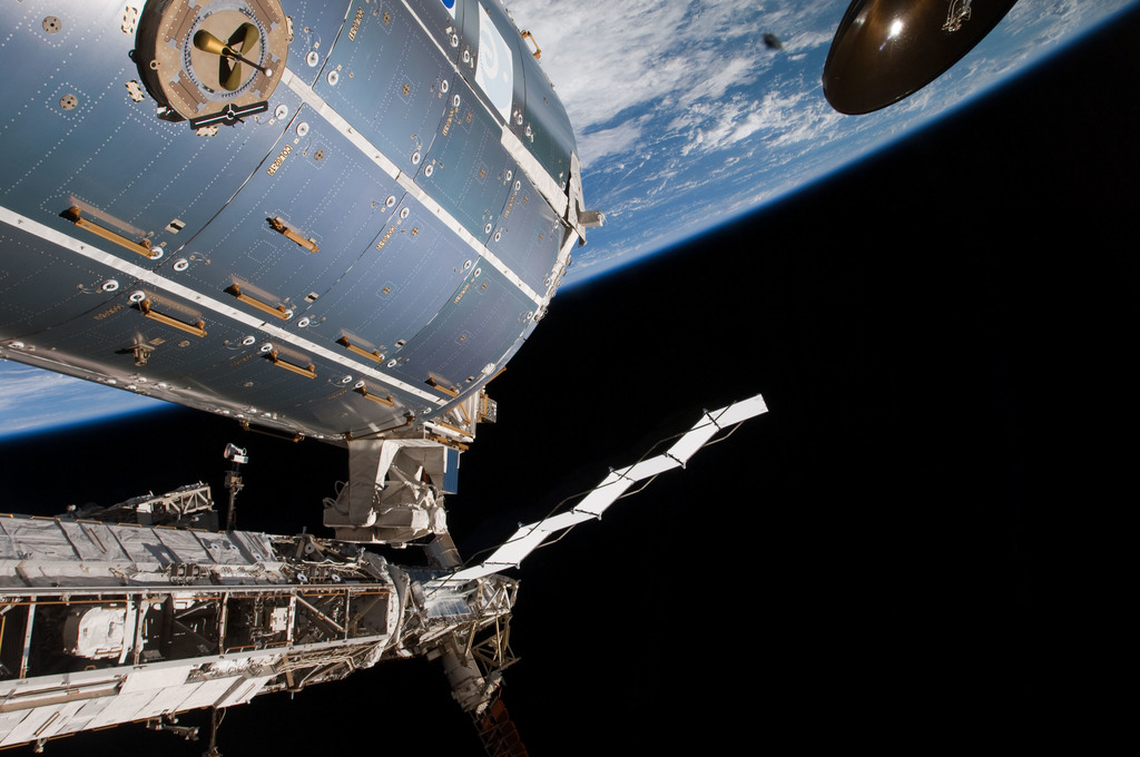 S126E009475 - STS-126 - Time Lapse Photography of STBD Truss and Columbus