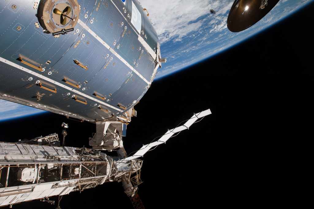 S126E009476 - STS-126 - Time Lapse Photography of STBD Truss and Columbus