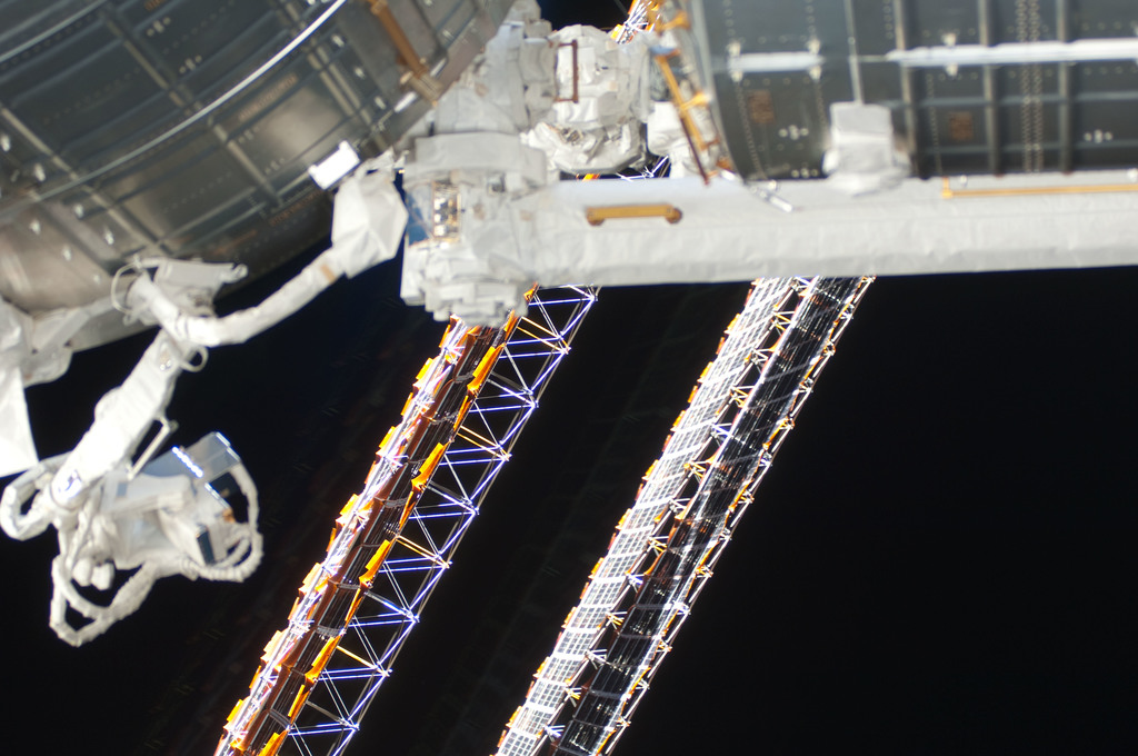 S126E009919 - STS-126 - View of Solar Array during Expedition 18 / STS-128 EVA 4
