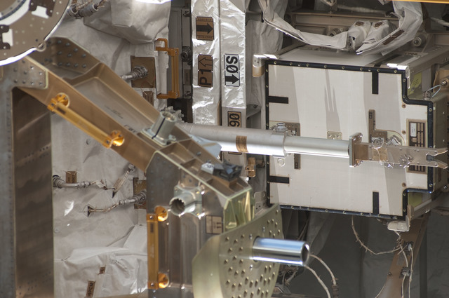 S126E011318 - STS-126 - Survey of S0, P1 Trusses during Expedition 18/STS-126