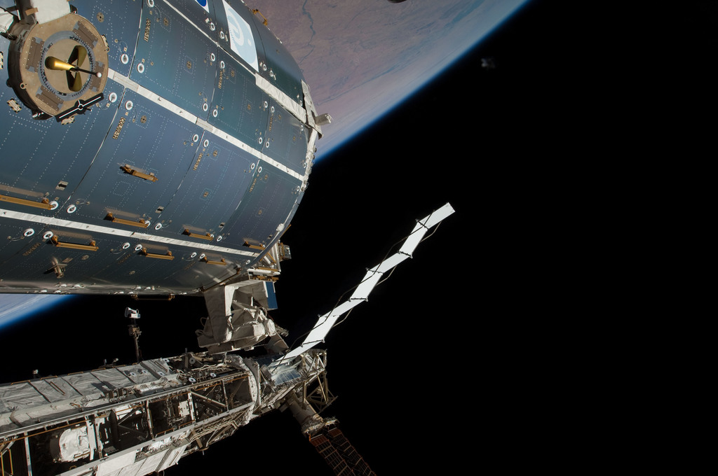 S126E011597 - STS-126 - Time Lapse Photography of STBD Truss and Columbus