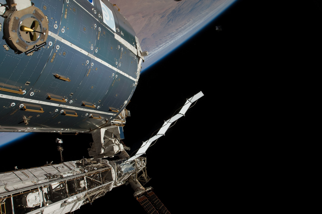 S126E011602 - STS-126 - Time Lapse Photography of STBD Truss and Columbus
