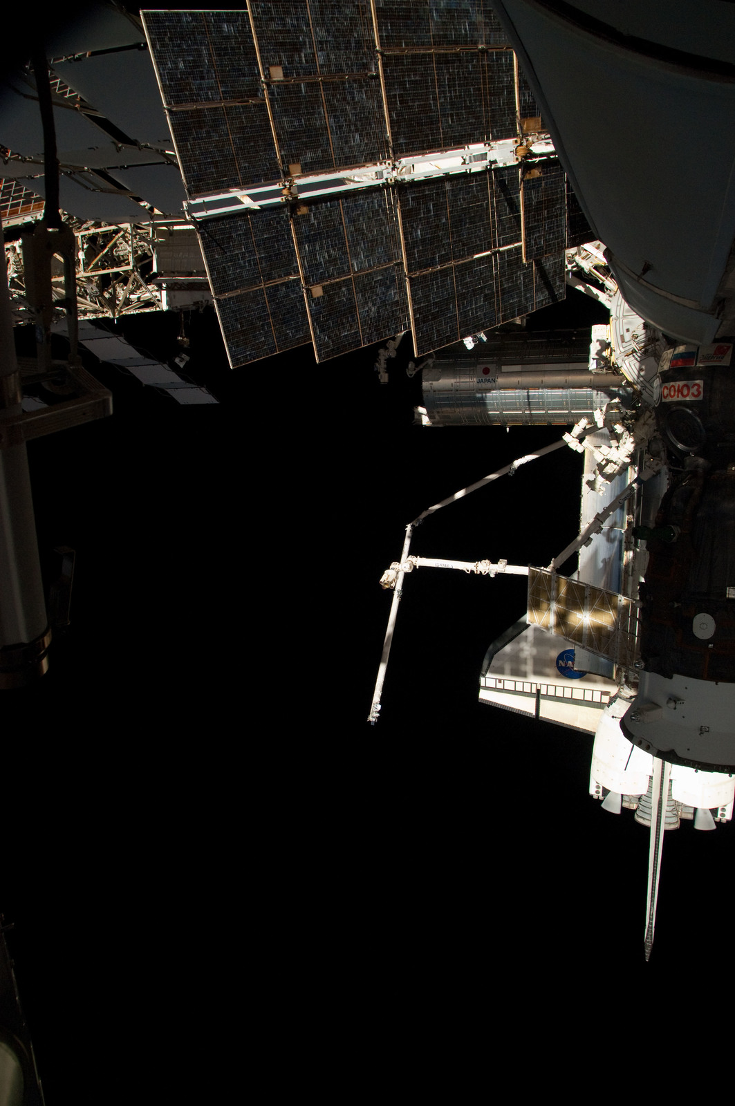 S126E025042 - STS-126 - View of ISS, Docked Soyuz and Endeavour