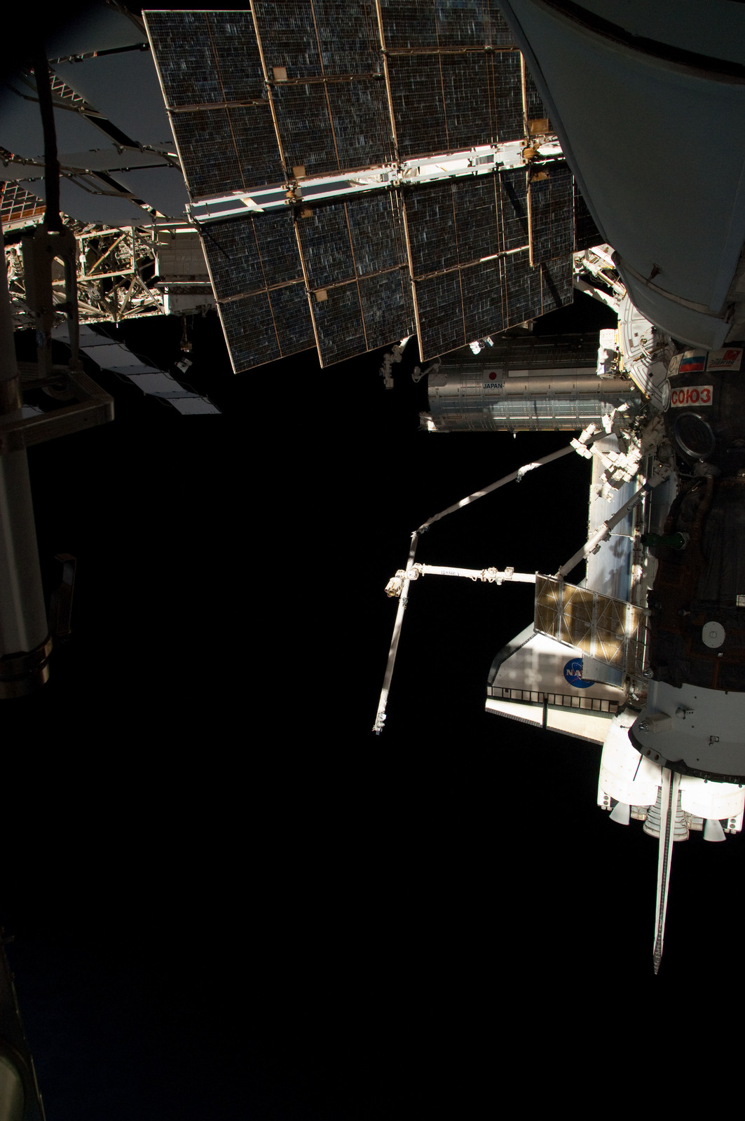 S126E025043 - STS-126 - View of ISS, Docked Soyuz and Endeavour
