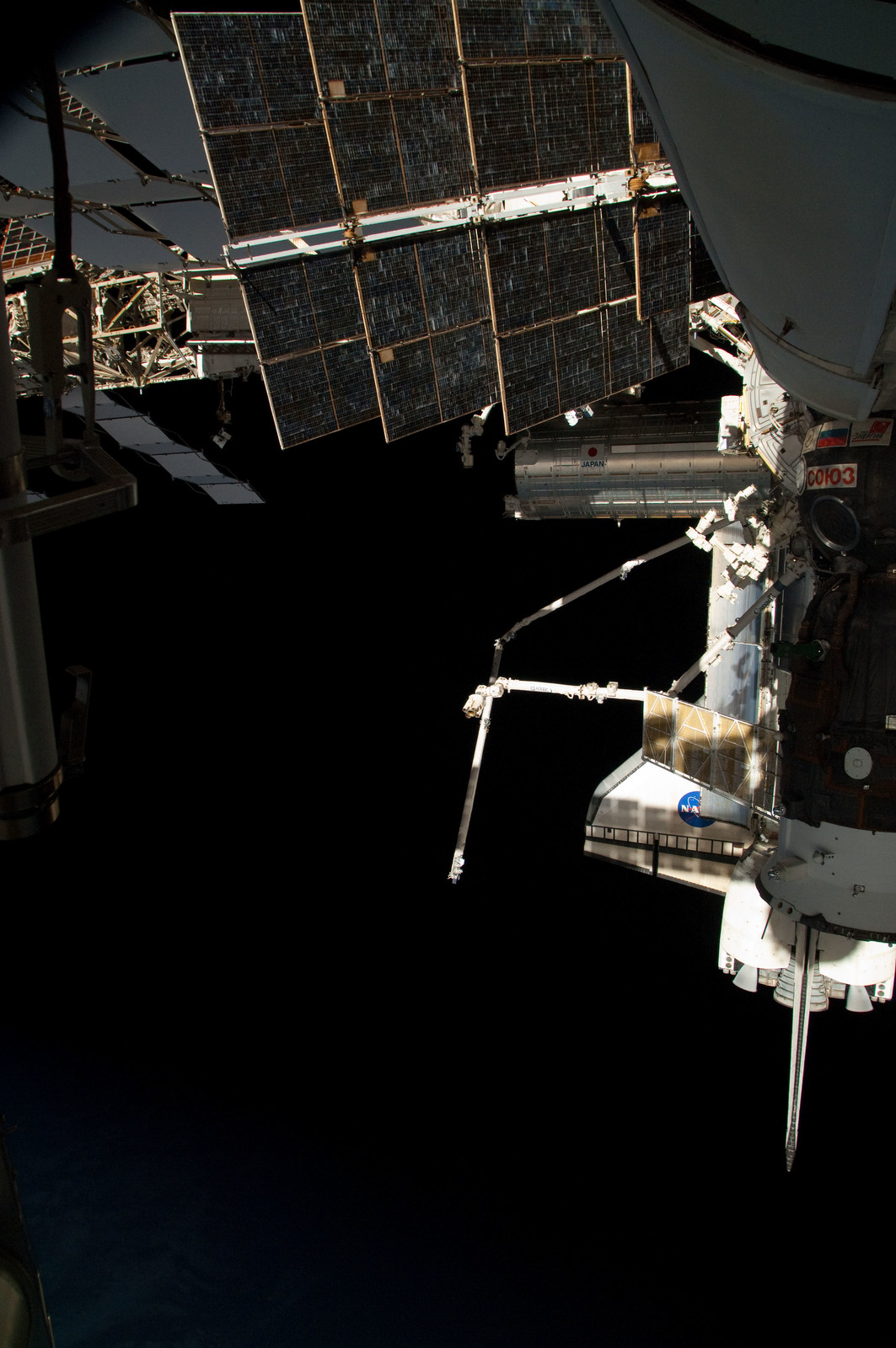 S126E025044 - STS-126 - View of ISS, Docked Soyuz and Endeavour
