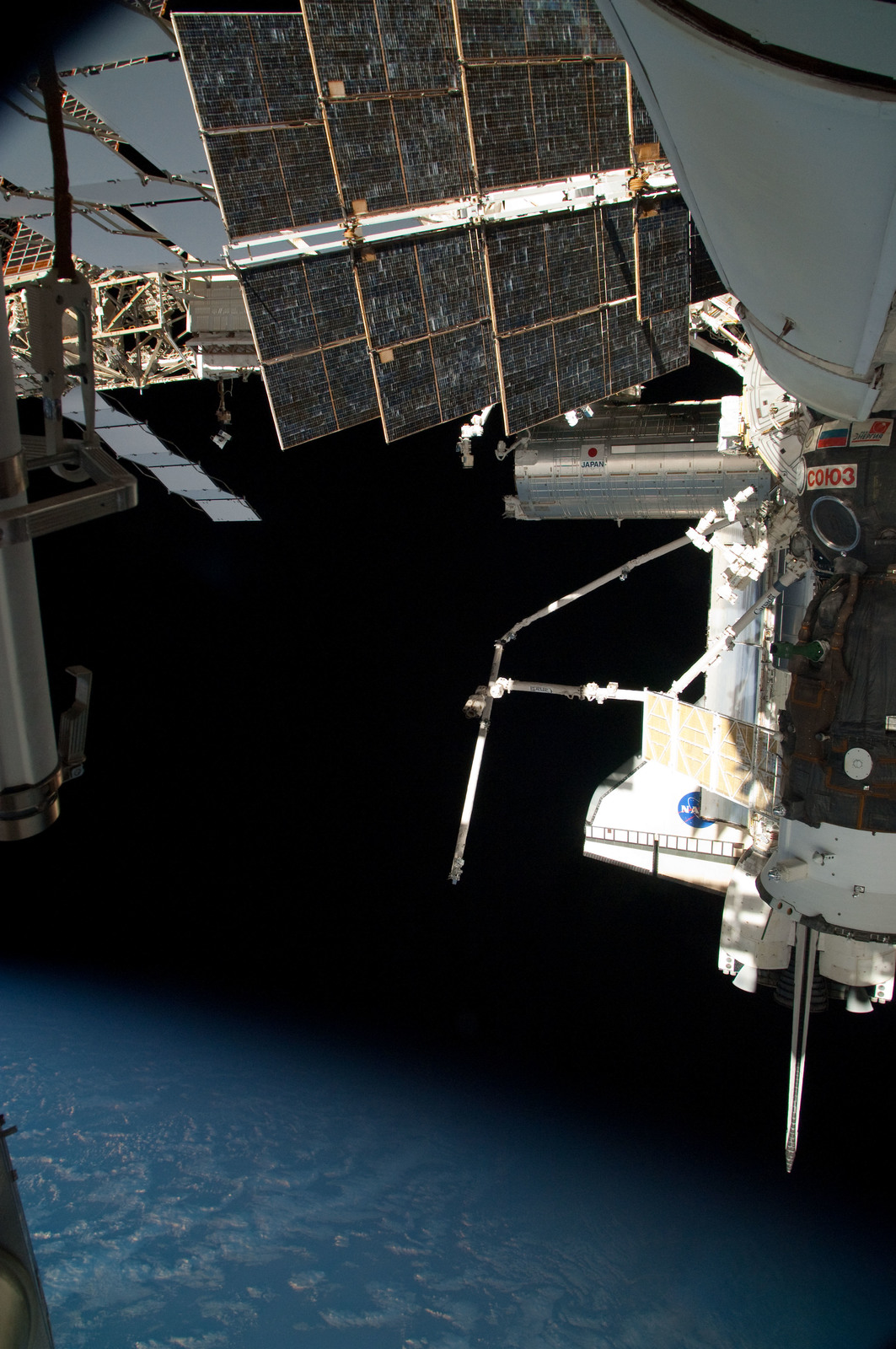 S126E025047 - STS-126 - View of ISS, Docked Soyuz and Endeavour