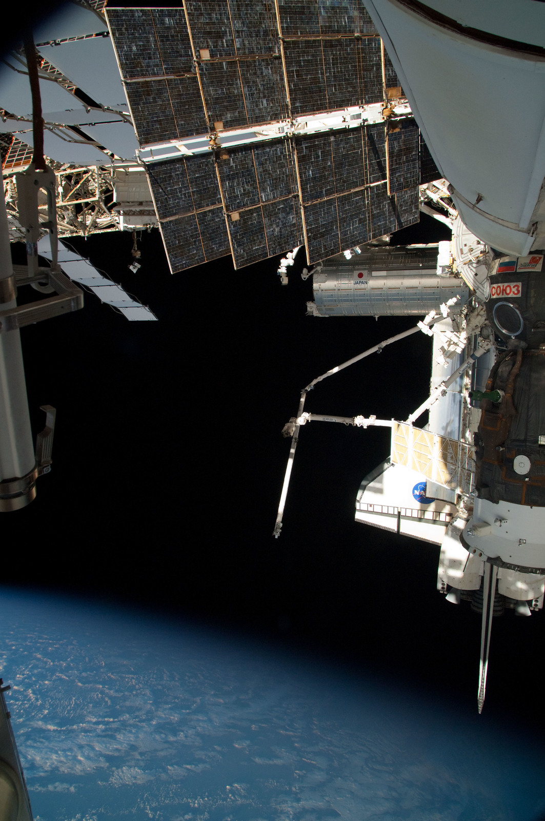S126E025048 - STS-126 - View of ISS, Docked Soyuz and Endeavour