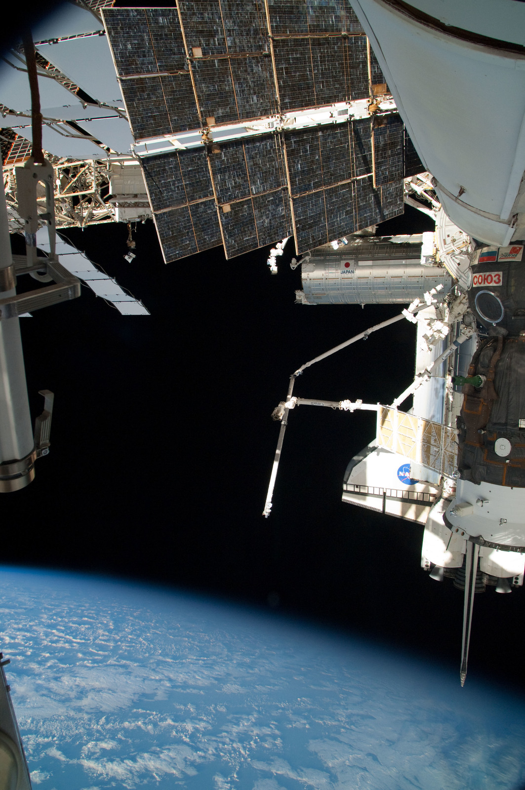 S126E025050 - STS-126 - View of ISS, Docked Soyuz and Endeavour