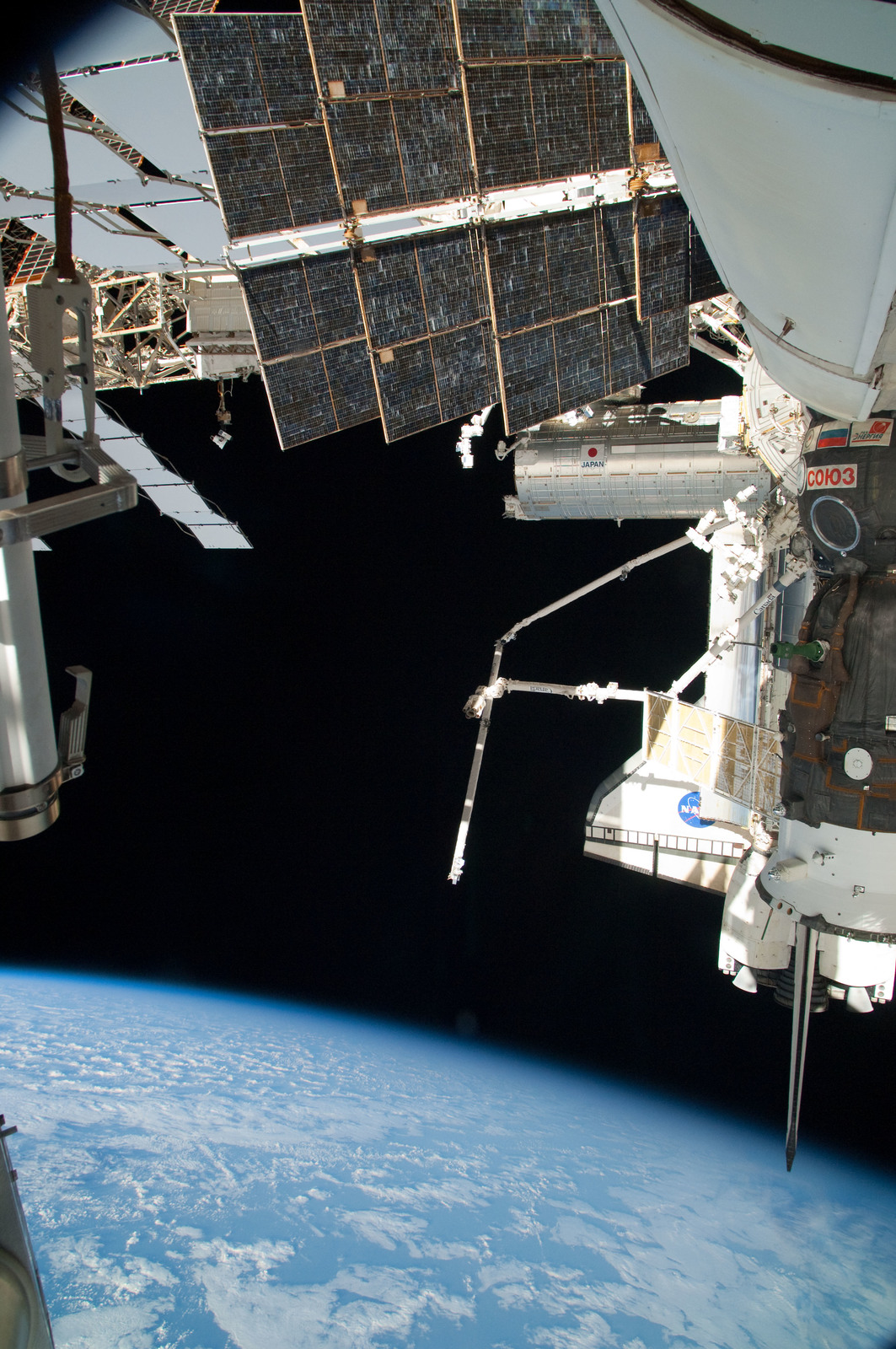 S126E025052 - STS-126 - View of ISS, Docked Soyuz and Endeavour