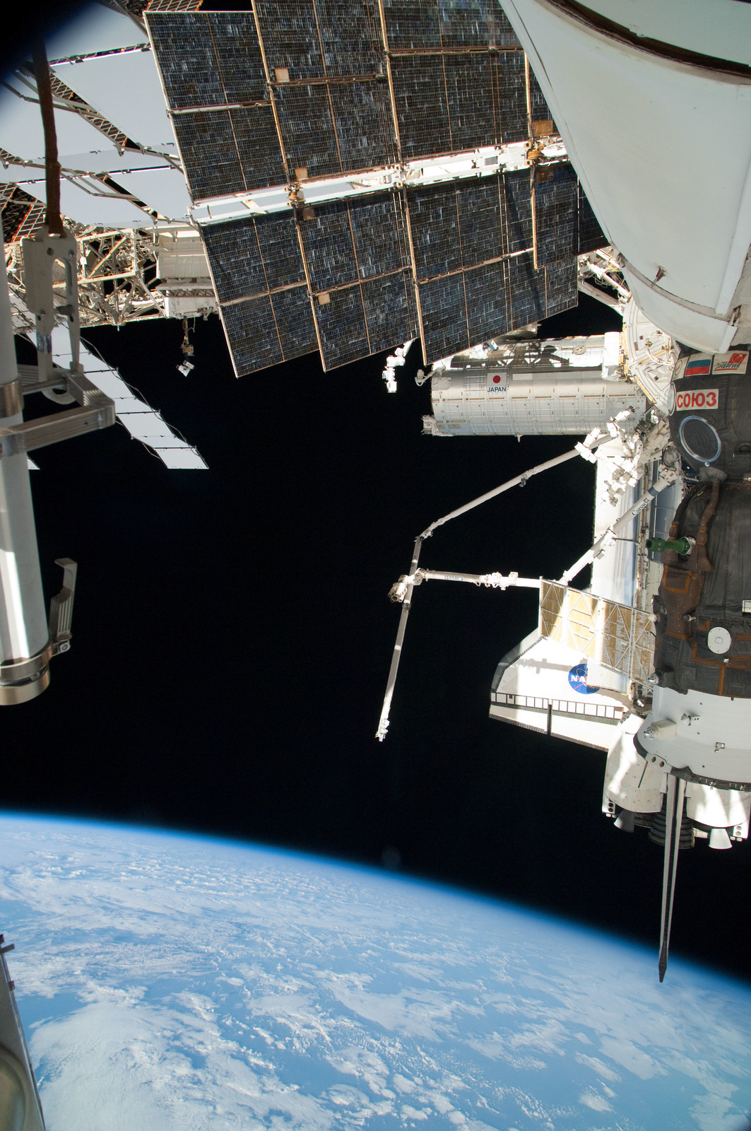 S126E025054 - STS-126 - View of ISS, Docked Soyuz and Endeavour